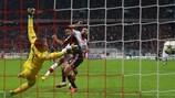 Claudio Pizarro marca el quinto tanto del Bayern ante Landreau