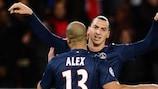 Alex es felicitado por su compañero en el PSG Zlatan Ibrahimović