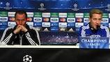Lewis Holtby (derecha), con Huub Stevens en la rueda de prensa del Schalke
