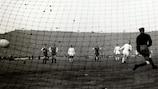 Ференц Пушкаш реализует пенальти в финале Кубка чемпионов-1960