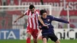 Giannis Maniatis (izquierda) igualó el gol de Tomáš Rosický para encaminar la remontada de Olympiacos