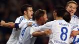 Benedikt Höwedes celebra el gol con sus compañeros tras adelantar a su equipo.