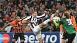 Giorgio Chiellini lucha por el balón con el portero del Shakhtar Andriy Pyatov
