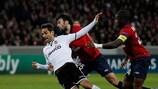 El jugador del Valencia lucha por el balón por su rival del LOSC Marko Baša