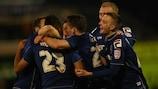 Reece Wabara celebra su gol con sus compañeros del Oldham