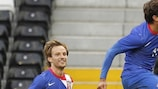 Darijo Srna celebra el segundo gol de Croacia en Craven Cottage