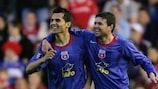 """Nicolae Dică e Daniel Oprița, do Steaua, festejam um golo nas meias-finais da Taça UEFA durante a época """"UEFantástica"""" de 2005/06"""