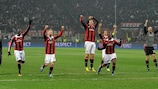 Massimo Ambrosini (con el brazalete) se une a las celebraciones del Milan