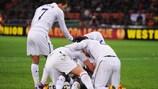 Os jogadores do Tottenham comemoram o golo de Emmanuel Adebayor