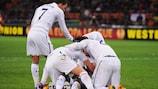 Emmanuel Adebayor, do Tottenham, festeja a qualificação após eliminar o Inter