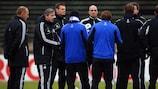 Jens Keller hablando a los jugadores del Schalke durante un entrenamiento
