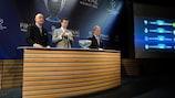 Embaixador da final, Steve McManaman ajudou a conduzir o sorteio dos quartos-de-final