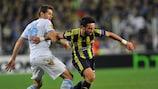 El jugador del Lazio Senad Lulić lucha por un balón con el futbolista del Fenerbahçe Gökhan Gönül en Estambul