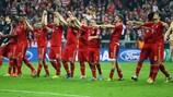 Los jugadores del Bayern celebran con su afición el 4-0 al Barcelona