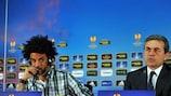 """Кристиан (слева) и тренер """"Фенербахче"""" Айкут Коджаман на предматчевой пресс-конференции"""