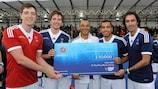 James y Oliver Phelps, Cafù, Giovanni van Bronckhorst y Robert Pirès, en la entrega del cheque