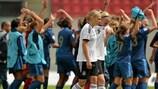 A alemã Pauline Bremer é consolada por Johanna Tietge à medida que passam pelas vencedoras