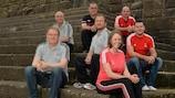 Rebecca Crockett (ao centro) fotografada ao lado de alguns colegas da FAW, junto ao quartel-general da organização do torneio, em Swansea