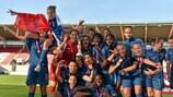 A França festeja em Llanelli após conquistar o seu terceiro título europeu