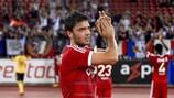 El goleador Clément Grenier aplaude a la grada tras el triunfo en el partido de vuelta