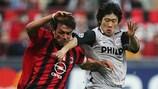 Park Ji-Sung in duello con Paolo Maldini nella semifinale del 2005