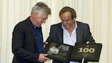 El presidente de la UEFA, Michel Platini le hace entrega a Carlo Ancelotti de su reconocimiento en Nyon