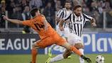 Andrea Pirlo (r.) von Juventus im Duell mit Real Madrid-Spieler Xabi Alonso