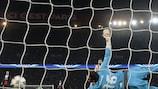 Roberto no pudo evitar el gol de Edinson Cavani