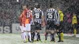 Die Spieler unterhalten sich mit Schiedsrichter Pedro Proença