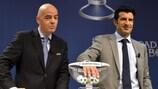 El Secretario General de la UEFA Gianni Infantino y el embajador de la final de la UEFA Champions League Luís Figo en el sorteo de los cuartos de final