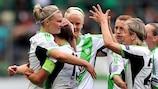 Alexandra Popp é felicitada pelas colegas do Wolfsburgo