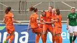 Vivianne Miedema (no centro) é abraçada pelas colegas depois de colocar a Holanda em vantagem