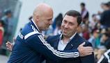 Il tecnico dell'Aktobe Vladimir Gazzaev riceve i complimenti da quello della Dinamo Tbilisi Michal Bílek