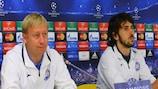 L'entraîneur du BATE Aleksandr Yermakovich et le défenseur Anri Khagush devant les médias