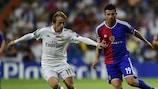 Luka Modrić y Behrang Safari, durante el triunfo del Real Madrid por 5-1