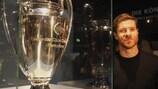 Xabi Alonso posa ao lado do troféu da UEFA Champions League no museu do Bayern