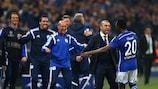 Chinedu Obasi (à direita) comemora o 1-1