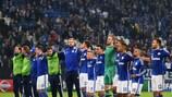 Os jogadores do Schalke agradecem o apoio dos adeptos