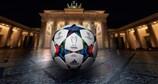 Il pallone Finale Berlin in mostra alla Porta di Brandeburgo