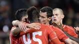 Mario Balotelli, do Liverpool, é felicitado após cobrar um penalty tardio frente ao Beşiktaş