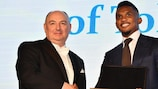 Samuel Eto'o recibe la Medalla Europea a la Tolerancia de manos del presidente de la ECTR Moshe Kantor