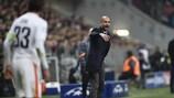 Josep Guardiola, treinador do Bayern, dá algumas instruções aos seus jogadores durante o encontro com o Shakhtar