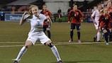 Leah Williamson festeja após converter com êxito o seu penalty frente à Noruega