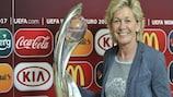 Silvia Neid accanto al trofeo vinto dalla Germania nel 2013