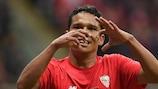 Carlos Bacca jubelt über seinen Siegtreffer für Sevilla