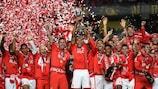 O capitão do Benfica, Luisão, ergue a Taça da Liga conquistada frente ao Marítimo