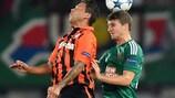 El goleador Marlos lucha por un balón con Stephan Auer