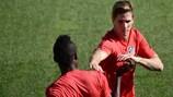 Thomas Partey (à esquerda) e Fernando Torres durante o treino de terça-feira