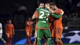 Los jugadores del Valencia celebran su primera victoria en el Grupo H