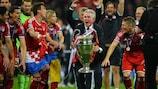 Jupp Heynckes feiert 2013 mit der Trophäe der UEFA Champions League